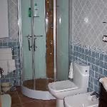 El baño es muy completo