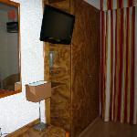 room showing flat screen tv