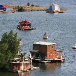 Blick auf die Hausboote  vom BushPilot Monument in Old Town