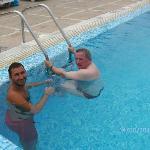 Ahmed donne un cours de natation à Jean-Luc