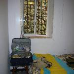 hab 4 único rincón con silla + ventana vistas pared