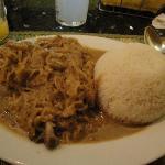 Pollo con riso e cipolle in salsa locale