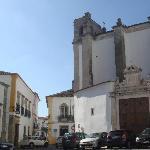 Hotel mitten im Zentrum (im Bild links)