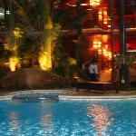 di sera vicino la piscina