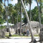 le village en prenant la plage sur la droite...