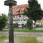 Brunnen auf der anderen Straßenseite