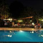 Der Pool mit dahinter ersichtlichen Bar