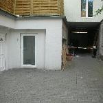 acceso a la habitacion junto al parking