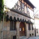 Das alte Sandsteingebäude mit einer der ältesten Brauerei Bambergs