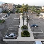 Le parking extérieur gratuit (avec un morceau du vésuve à gauche)