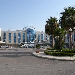 L'hotel et parking extérieur