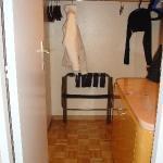 Penderie et réfrigérateur (meuble)