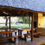 le salon extérieur et la piscine