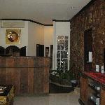 Villa, Wohnraum mit hinten Essbereich u. Küche