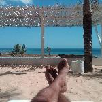 El mar y la piscina vistos desde la tumbona