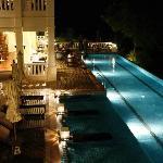Vue d'une piscine à coté d'un restaurant