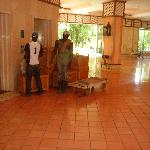 obreros con muebles y carrito al lado del ascensor