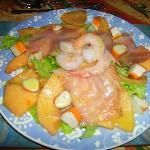 Insalata con salmone, melone e gamberi