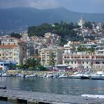 Blick von Meer auf die Stadt und das Hotel
