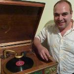 Museums-Direktor German Rodriguez zeigt einen alten Plattenspieler