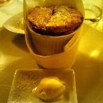 Soufflè alle noci con gelato alla robiola di Roccaverano e miele