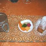 pot de crème chocolat ,financier et salade de fruits