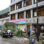 Entrada y calle del Hotel