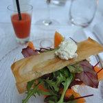 Millefeuille croustillant de melon à la mousse de chèvre frais mesclun et jus de pastèque poivré