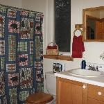Bathroom with tub/shower andwasher/dryer