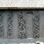 Portal und Wandplanken aus der 1. Kirche