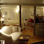 King's Court Suite, Hounds Tooth Inn