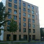 Hotel von Bernauer Strasse aus gesehen