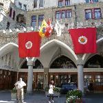 Hoteleingang mit Chaine des Rotisseur Fahne