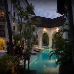 Vue sur la piscine, de nuit