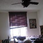 Fenster mit hängemder Jalousie