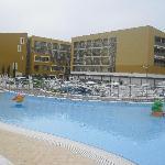 Das Hotel und die Poolanlage.