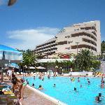 Vue de l'hotel avec la piscine