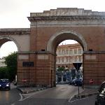 Der Triumphbogen in der Nähe des Hotels