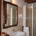 Il bagno in travertino, estratto dalle vicine cave di Rapolano