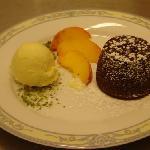 tortino caldo al cioccolato con cuore bianco