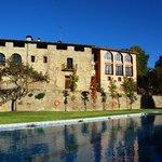 Fachada y piscina Hotel rural Campalans