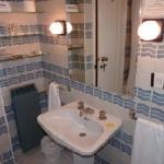 cuarto de baño con grifos empotrados en labavo