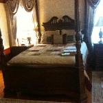 room and four poster bed