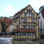 ..das restaurant& Hotel liegt romantisch auf den Wasser mit Blick auf das Alte Rathaus