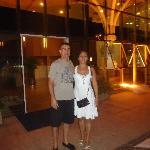 Eu e minha esposa Ana na porta do Hotel Holiday. Sempre muito felizes com o atendimento
