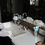 großes Waschbecken mit moderner Armatur