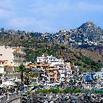 Le front de mer de Giardini dominé par Taormina