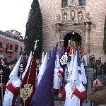 die Prozession zieht aus der Kirche aus
