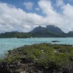 Vue sur le lagon et au fond Bora et l'hotel
