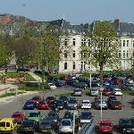 vue des chambres devant (vaste parking, vue chateau et Lion)